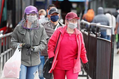 Colômbia: pessoas com máscaras e luvas nas ruas