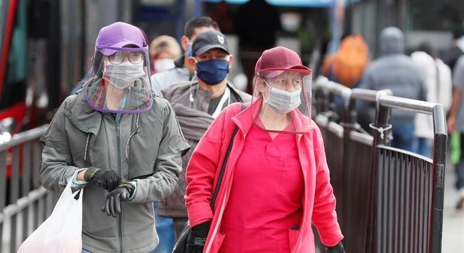 Moradores de Bogotá usam máscaras e luvas: capital reportou 122 novos casos