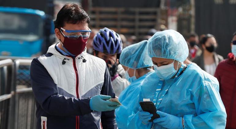 Trabalhadores da saúde na Colômbia fazem testes na população
