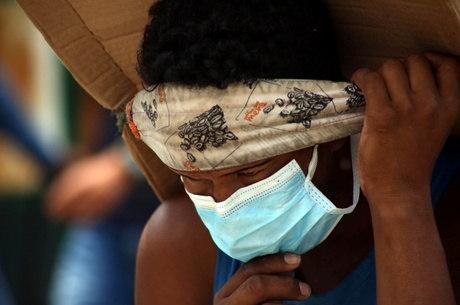 Homem atravessa ponte em Cúcuta usando máscara