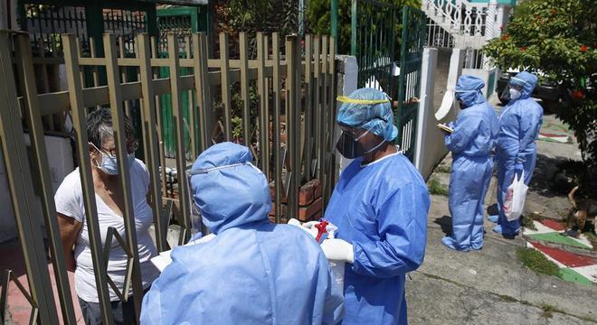 Enfermeiros testam moradores para identificar pessoas com covid-19 em Cali