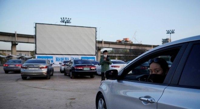Coreanos assistem filme em drive-in temporário para manter isolamento