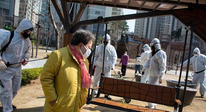 Equipes de limpeza desinfetam praça em Seul, na Coreia do Sul