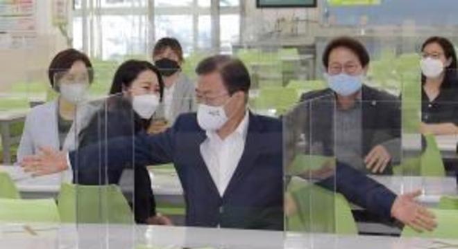 Presidente sul-coreano inspeciona escolas: Reabertura planejada para próximos dias