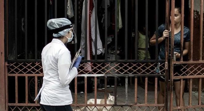 Funcionária de saúde entrevista moradora em San José, na Costa Rica