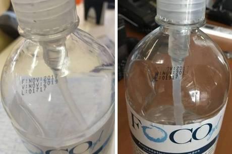 Funcionários tiram foto de álcool em gel vencidos