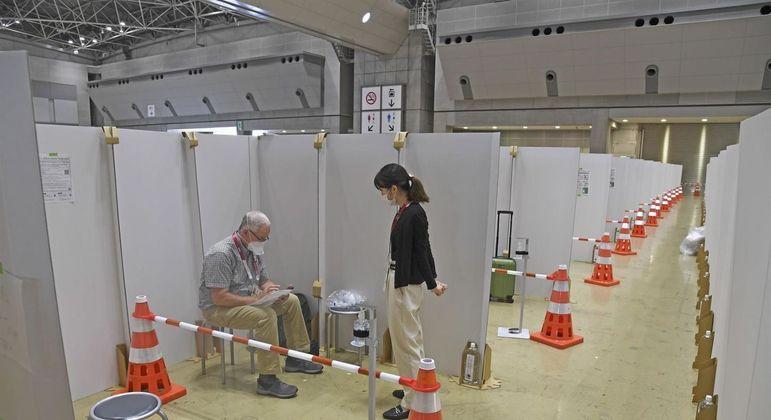 Voluntário dos Jogos de Tóquio prepara jornalista para realizar teste anticovid
