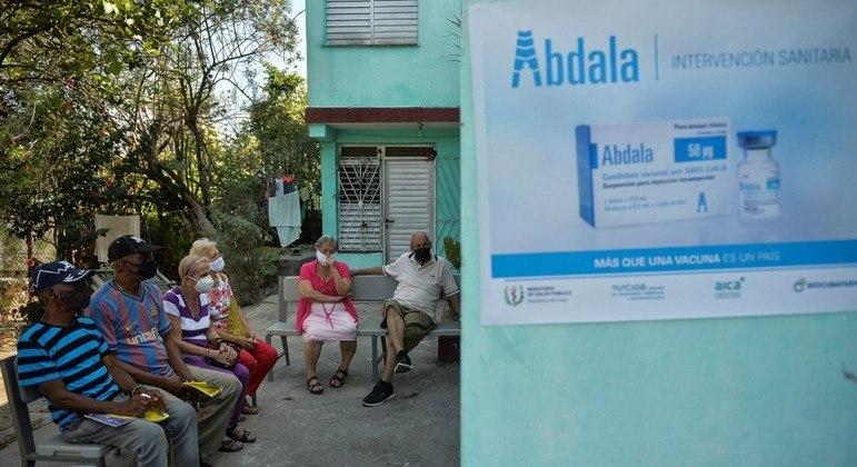 Idosos aguardam em posto para receber a vacina Abdala em Havana