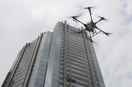 Drone desinfetante em Jakarta: pandemia impulsiona tecnologia