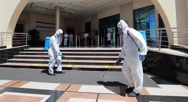 Funcionários em roupas de proteção desinfentam hotel em Hurghada, no Egito