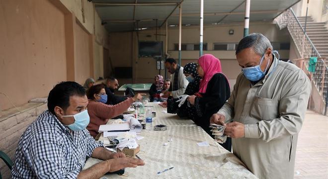 Pensionistas recebem seus benefícios no Cairo, capital do Egito