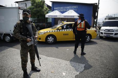 Militares armados nas ruas se tornaram comuns no país