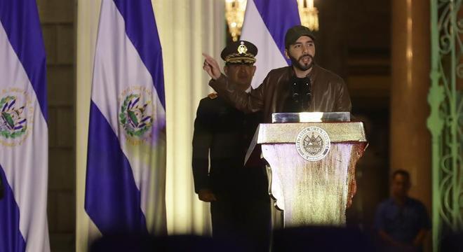 A imagem despojada, de boné e jaqueta, e uso de militares são marcas de Bukele