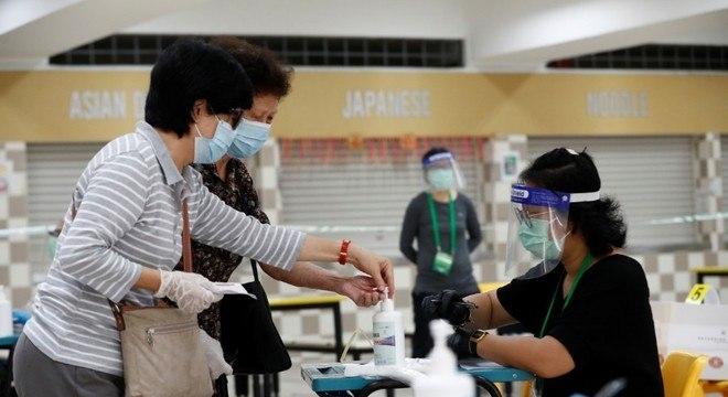 Máscaras, luvas, protetores faciais e álcool gel estão em todas as seções eleitorais