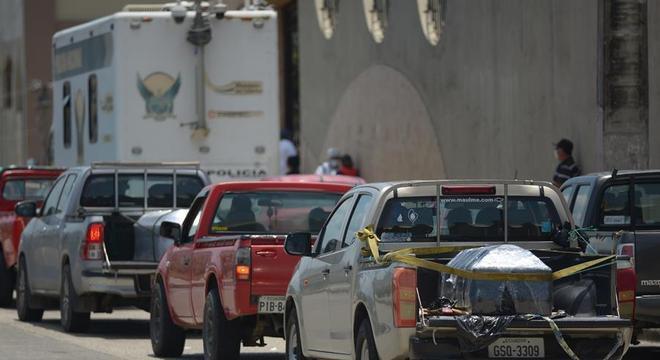 Caminhões com corpos fazem fila na porta de um cemitério de Guayaquil