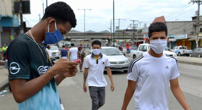 Pandemia fez o uso de máscaras nas ruas se tornar cena comum pelo mundo