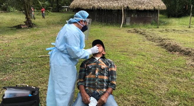 Homem da etnia Siekopai, na Amazônia equatoriana, é testado para covid-19