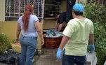 Família prepara o corpo de idosa que morreu em casa para enterro