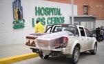 Funerária improvisa caminhote para retirar caixões com vítimas de covid-19 de hospital em Guayaquil, Equador