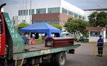 Caminhão com caixão em frente a hospital em Guayaquil, Equador