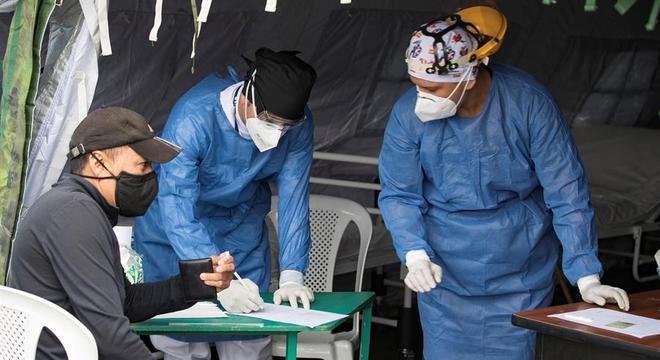 Paciente com sintomas de covid-19 é atendido em tenda hospitalar em Quito (Equador)