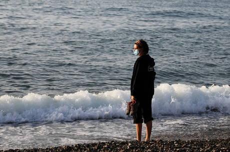 Barcelona abre praias durante relaxamento