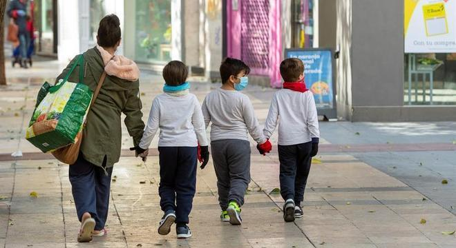 Crianças entre 6 e 15 anos demoraram cerca de 32 dias para eliminar o vírus