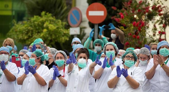 Equipe de hospital de Málaga aplaude esforço dos espanhóis em quarentena