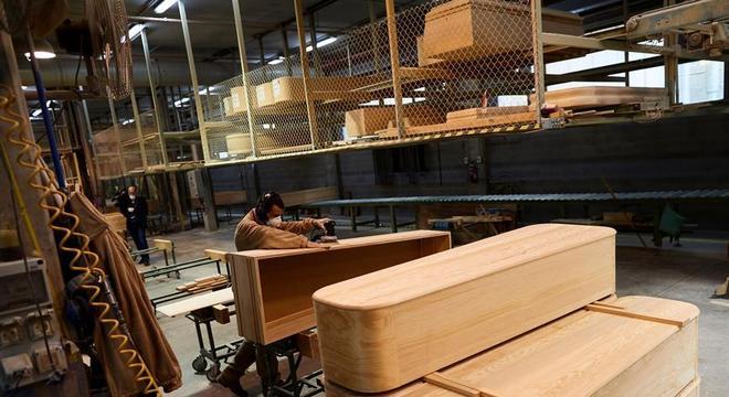 Esta fábrica de caixões em Barcelona quadruplicou a produção na pandemia