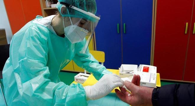 Enfermeira coleta material para teste rápido de covid-19 em cidade da Galícia