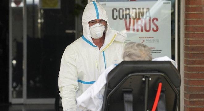 Enfermeiro tranporta paciente com covid-19 em Leganés, na Espanha