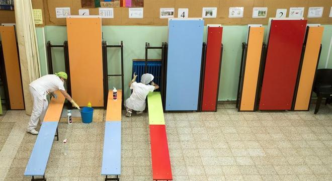 Funcionárias limpam refeitório de escola em Zaragoza antes da volta às aulas