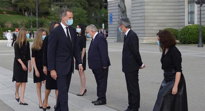 O rei Felipe VI chega a evento em homenagem às vítimas da covid-19 em Madri