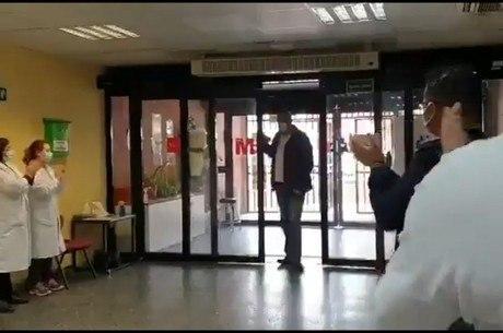 José María recebe aplausos na recepção do hospital