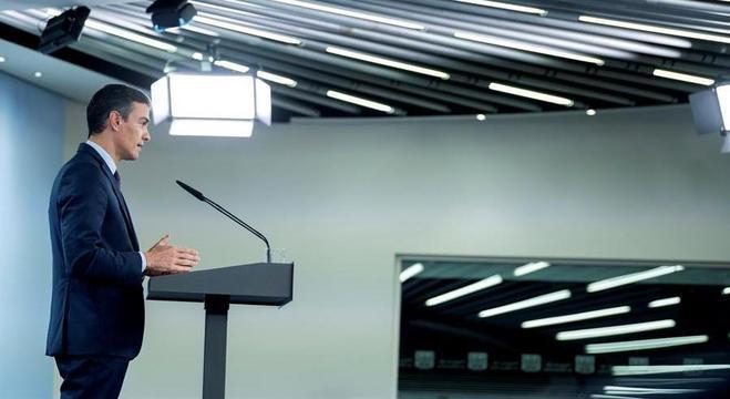 Pedro Sanchez faz coletiva virtual no Palácio de la Moneda, em Madri
