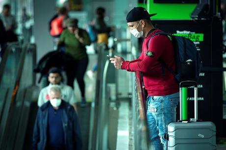 Pessoas com máscara no aeroporto de Barcelona, região da Catalunha, na Espanha