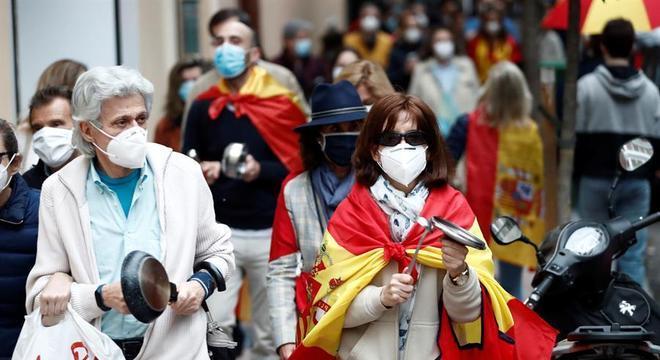 Moradores do sul de Madri protestam contra restrições