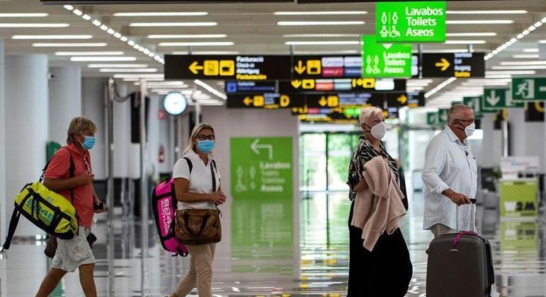 Aeroportos espanhóis seguirão sem receber voos dos países com variantes do coronavírus