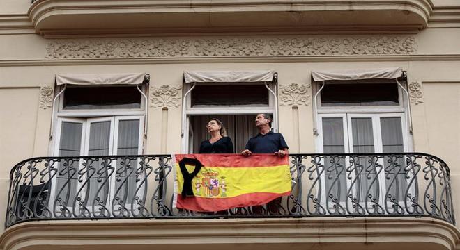 Em Valência, casal expressa luto por mortos na pandemia do novo coronavírus
