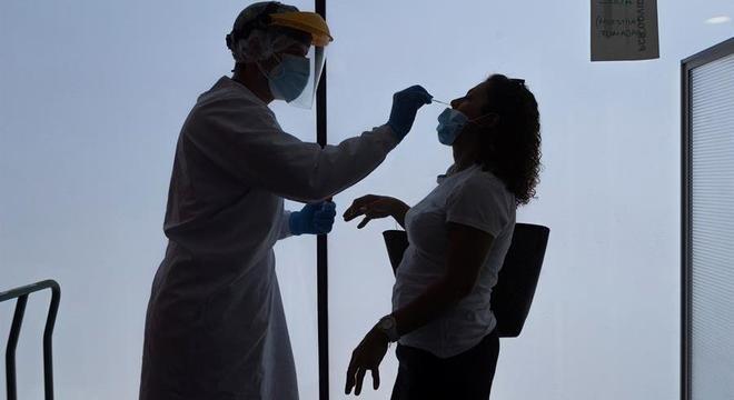 Trabalhador da saúde coleta material para teste de covid-19 em Zaragoza, na Espanha