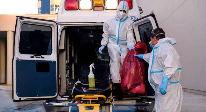 Funcionários limpam ambulância em hospital de Pembroke Pines, na Flórida, EUA