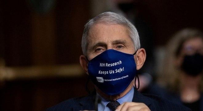 Fauci foi convidado a permanecer em seu cargo no governo Biden