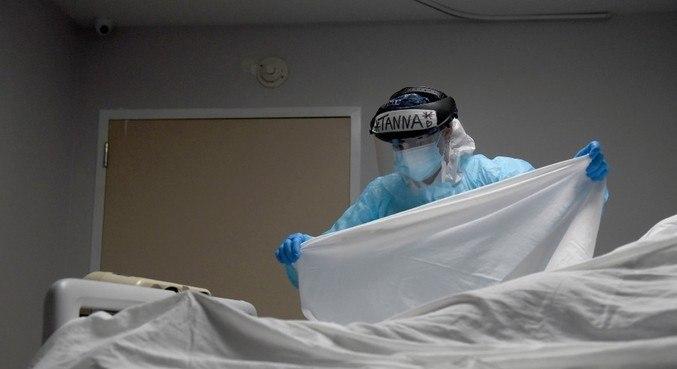 Enfermeira trata de paciente na UTI de um hospital em Houston, no Texas
