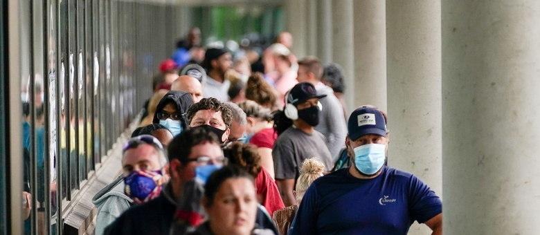Pessoas fazem fila em centro de recrutamento em busca de emprego