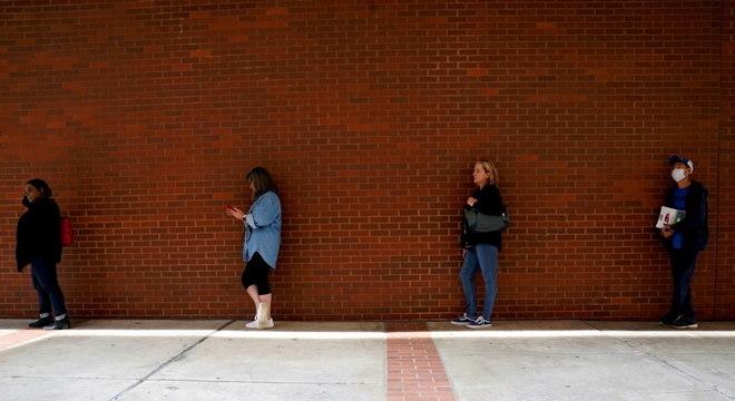 Pessoas fazem fila para solicitar auxílio-desemprego em Arkansas, nos EUA