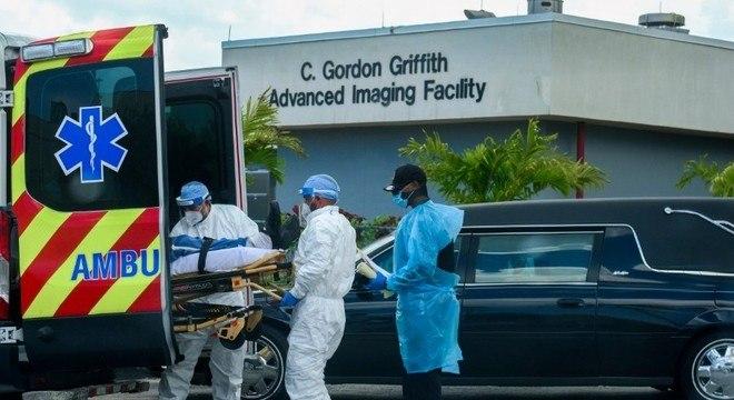 Socorristas tiram paciente de ambulância  em hospital em Miami, na Flórida