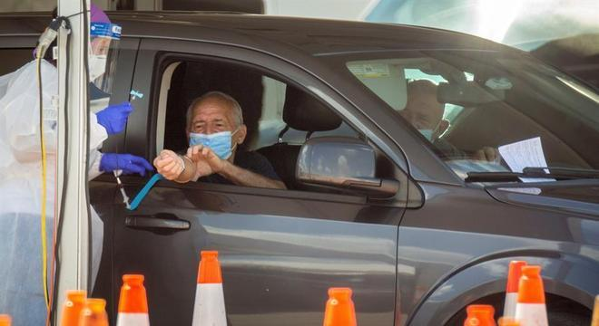 Morador faz teste em drive-thru em Miami, na Flórida (EUA)