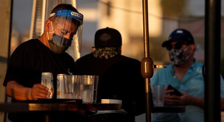 Salário dos profissionais de alojamento e alimentação foi o mais afetado pela pandemia