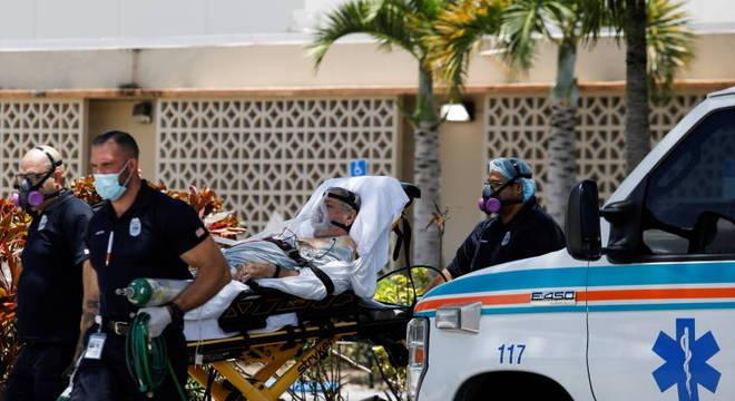 Paciente de covid-19 é transferido para hospital em Hialeah, Flórida, EUA