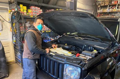 Abraham conserta carros de trabalhadores essenciais